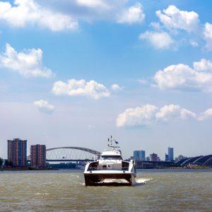 Waterbus op de Nieuwe Maas bij de splitsing Nieuwe Maas - Hollandse IJssel met de Brienenoordbrug in de achtergrond